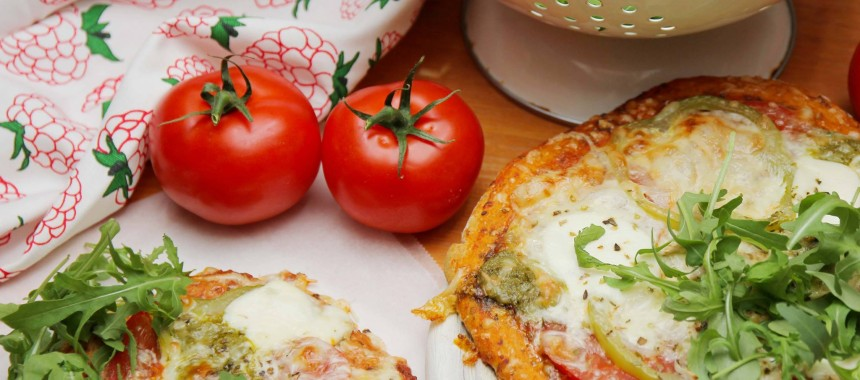 Vollkornpizza mit Basilikumpesto, Tomaten und Mozzarella