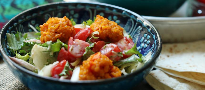 Bulgurbällchen auf Salat