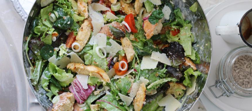 Caesar Salad mit Hühnerstreifen und Joghurtdressing