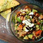 Griechischer Salat mit Knoblauch-Öl-Ecken