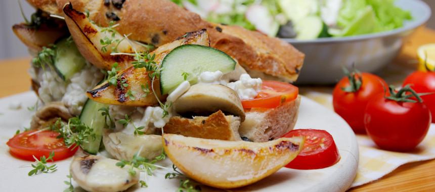 Baguette mit Pilzen, Birnen und Hüttenkäse
