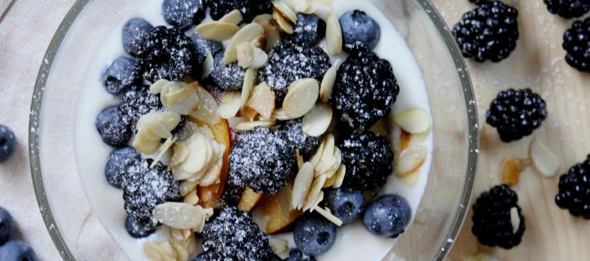 Topfencreme mit Obst und gerösteten Mandelblättchen