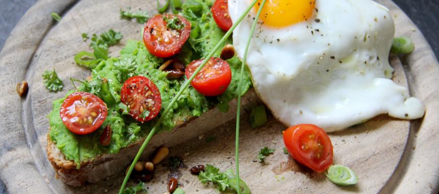 Brot mit Erbsenaufstrich, Pinienkerne und Spiegelei!