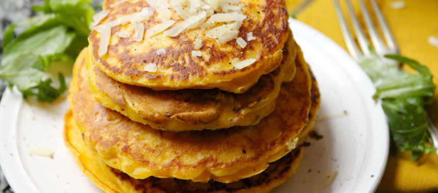 Kürbis-Pancakes mit Parmesan und Rucola