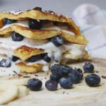 Pancake-Türmchen mit Jogurt, Bananen und Heidelbeeren