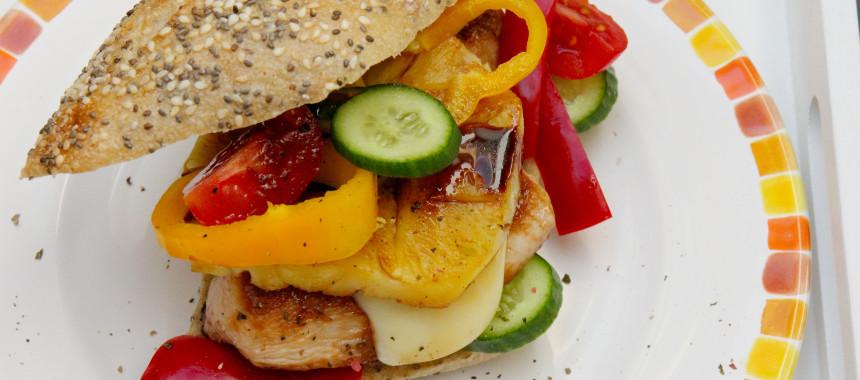 Burger mit Hühnerfilet und karamellisierter Ananas