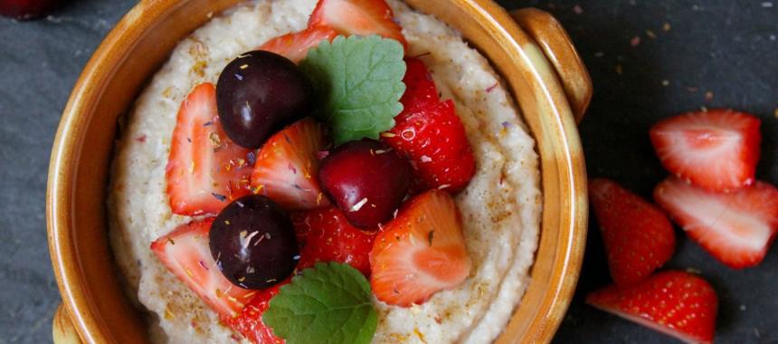 Porridge mit frischen Erdbeeren und Kirschen