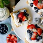 Biskuittörtchen mit Mascarpone-Creme und Beeren