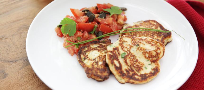 Ricottapuffer an Tomatensalat