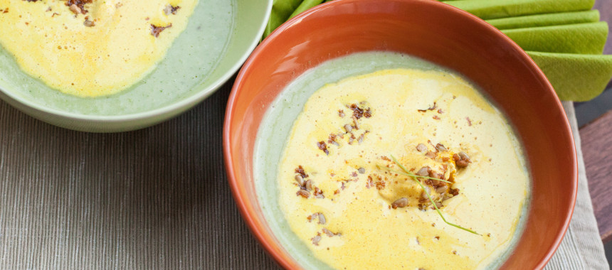 Brokkolicremesuppe mit Curryschaum