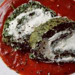 Spinatroulade mit Frischkäsefüllung auf Tomatenspiegel