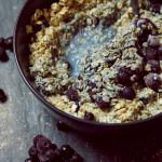 Blaues Porridge mit Heidelbeeren