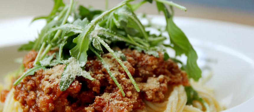Spaghetti Bolognese mit Rucola und Parmesan