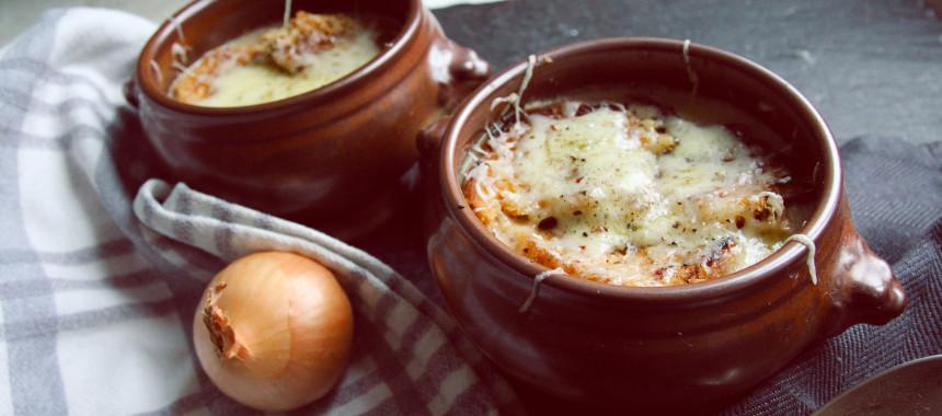 Französische Zwiebelsuppe unter Käsehaube